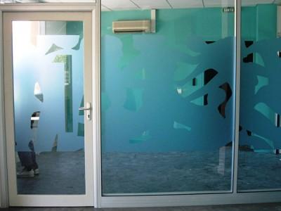 Décor adhésif dépoli sur vitre