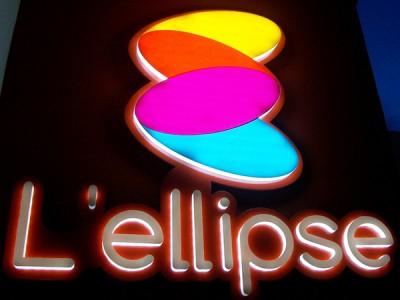 Logo plexi éclairage face avant et champs par LED + Letrre boitier plexi diffusant éclairé par LED et adhésif opaque face avant - fixation par vis sur panneau bords plié