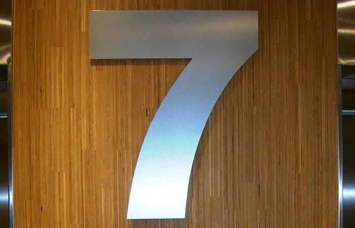 Numéro aluminium découpé - fixation sur entretoise