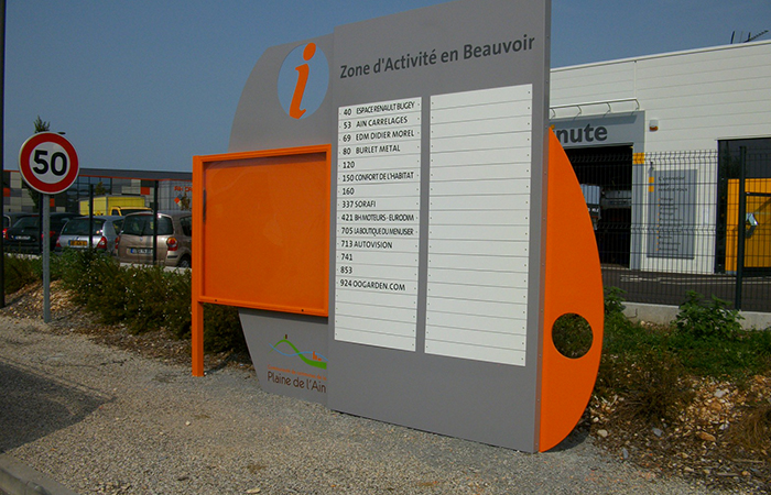 Panneaux caisson aluminium laqué + adhésif et impression numérique + vitrine - fixation par scellement béton c