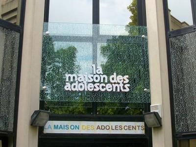 Panneau de verre - Lettres relief champs laquées et face avant adhésif blanc + impression directe sur verre - fixation par pince inox