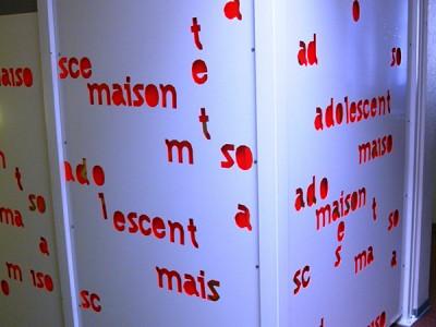 Panneau garde corps aluminium laqué blanc une endroit et rouge fluo envers + découpe des lettres
