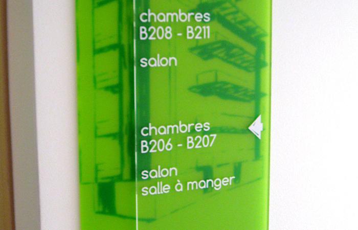 Plexi givré de couleur + impression numérique + plexi transparent marquage adhésif - fixation par vis et cache vis inox