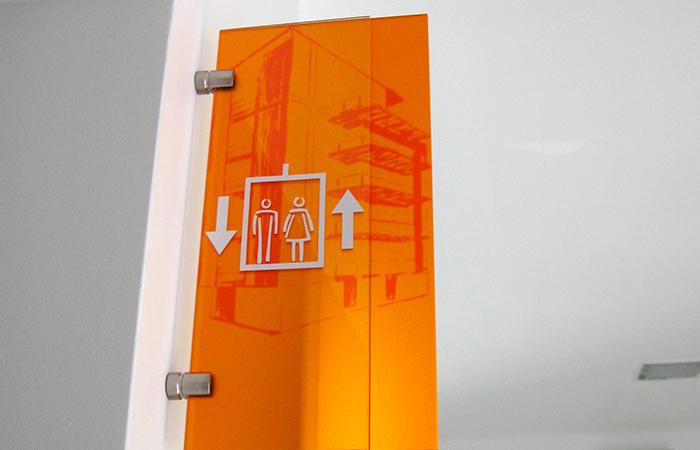 Plexi givré de couleur + marquage impression numérique et adhés - fixation par pince inox