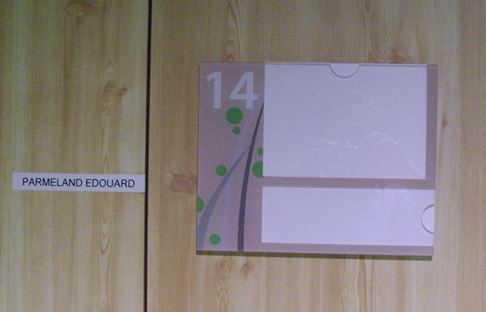 Plexi transparent + impression numérique envers + PVC blanc en fond et encoche pour insertion papier