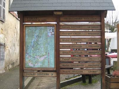 Structure bois + vitrine + impression numérique + gravure et teinte - fixation sur platine dans muret béton